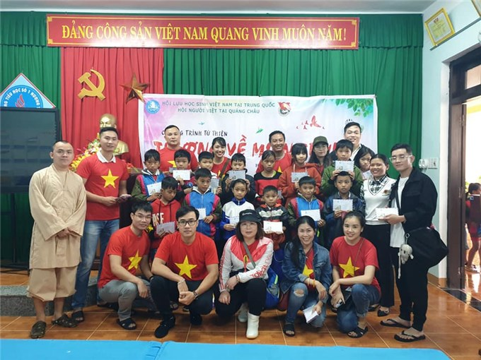 Hội Lưu học sinh Việt Nam tại Trung Quốc trao quà Tết cho người dân Trà Leng