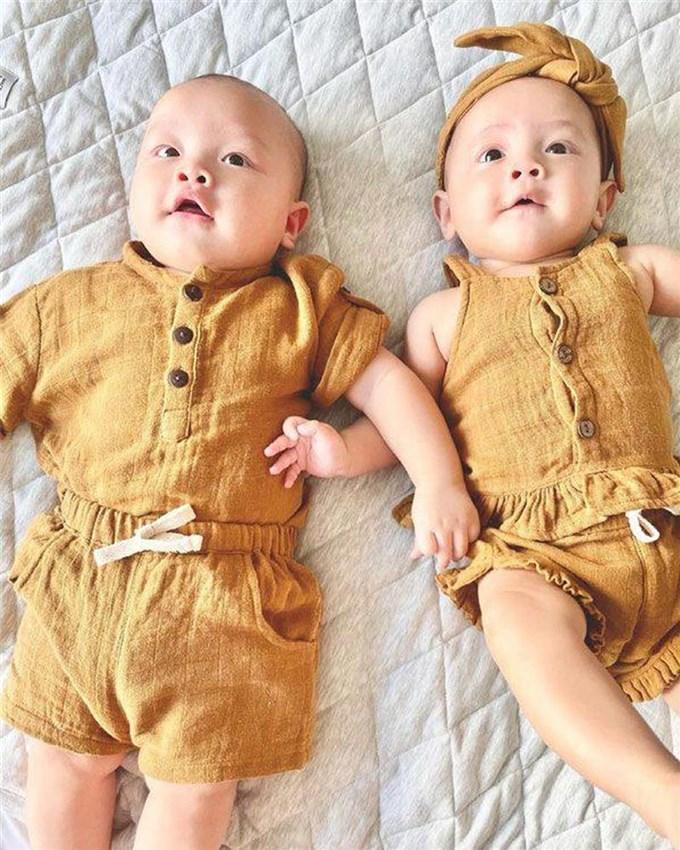 Thời trang đồng điệu xinh yêu của cặp sinh đôi Hồ Ngọc Hà - Kim Lý