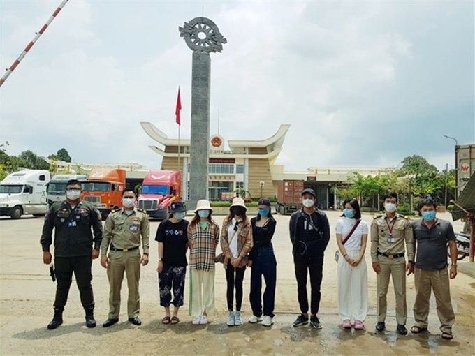 Released 6 Vietnamese people who had been adjusted from COVID-19 in Cambodia to return home