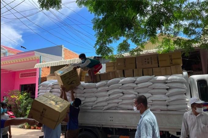 Hình ảnh cứu trợ người Việt bị phong toả vì Covid-19 tại Campuchia