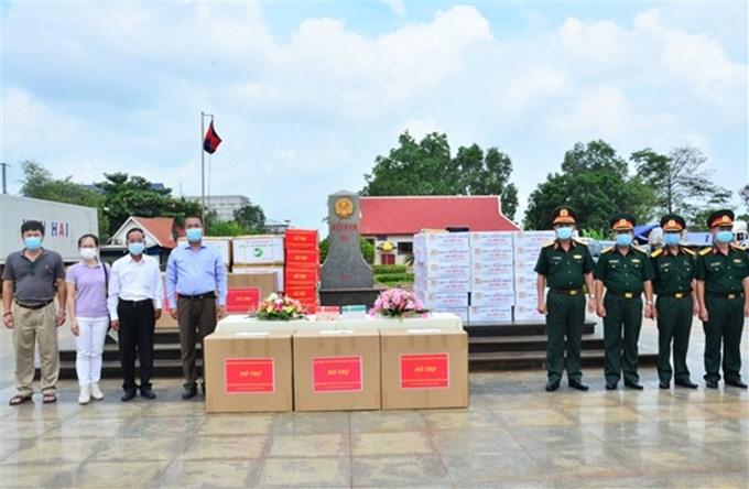 Quân khu 7 bàn giao kinh phí vật chất cho Đại sứ quán Việt Nam tại Campuchia
