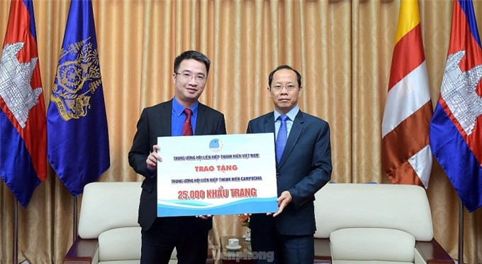 Đoàn Thanh niên Việt Nam tặng 50.000 khẩu trang cho thanh niên Campuchia