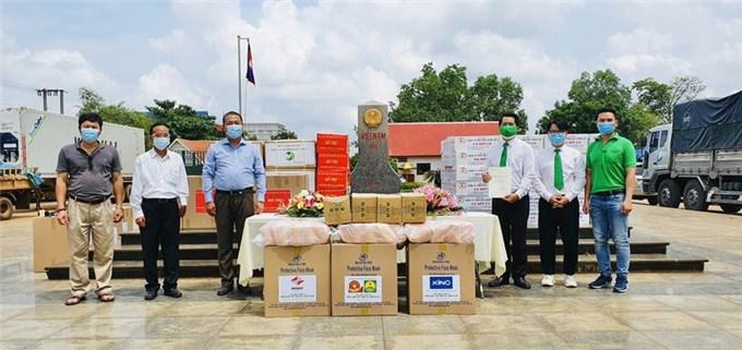Chung tay góp gạo, thiết bị y tế cho người Việt ở Campuchia