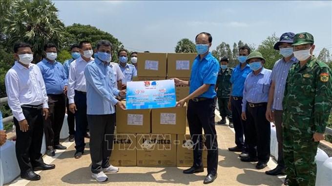 Long An hỗ trợ phòng dịch COVID-19 cho 2 tỉnh Campuchia