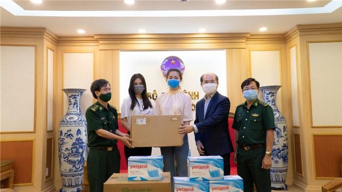 Dàn Hoa hậu tặng 100 triệu cho dự án Triệu liều vaccine cho công nhân nghèo