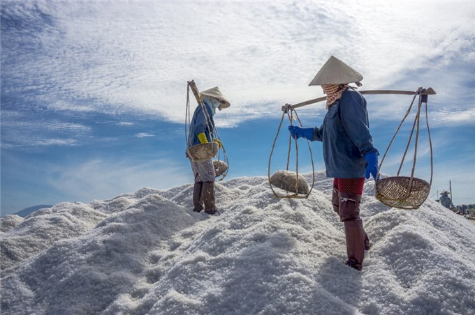 Ngắm tuyết rơi giữa mùa hè trên những cánh đồng muối miền Trung