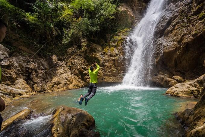 Thác nước giữa rừng nguyên sinh ở Tây Trường Sơn