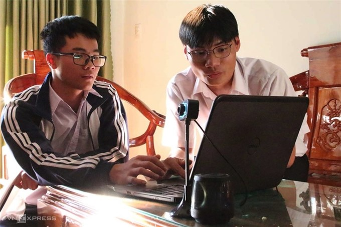 Hai nam sinh chế tạo máy giám sát người đeo khẩu trang