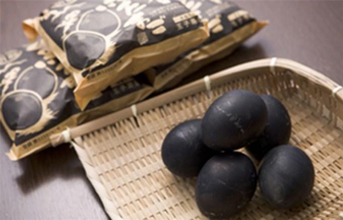 Đặc sản trứng đen sì chín không cần lửa, được xem là bí quyết trường thọ