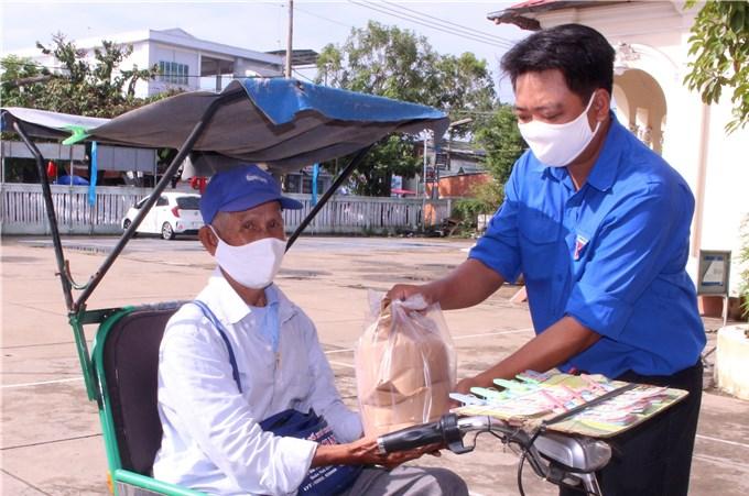 Gần 8.000 người bán vé số tại Trà Vinh được nhận tiền hỗ trợ