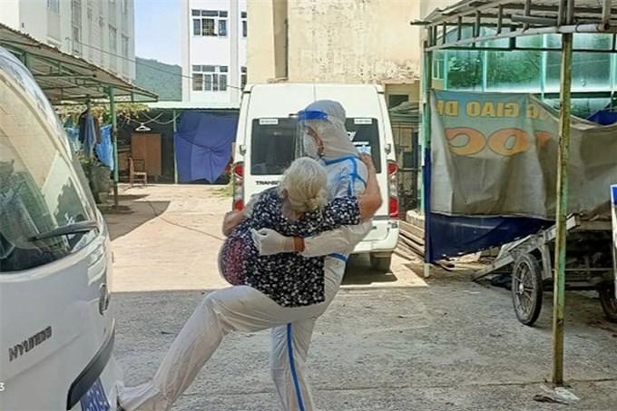 Thượng úy biên phòng bế cụ bà F0 đi cấp cứu: Má cứ ôm lấy con!