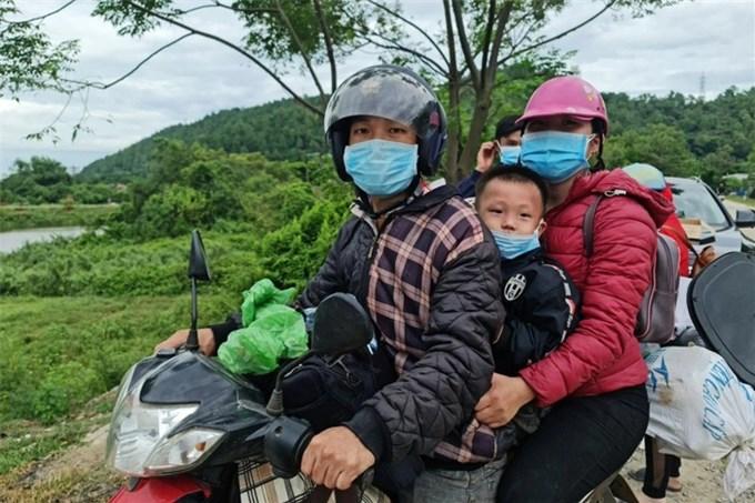Mỗi người đi xe máy về quê vui lòng nhận một phong bì
