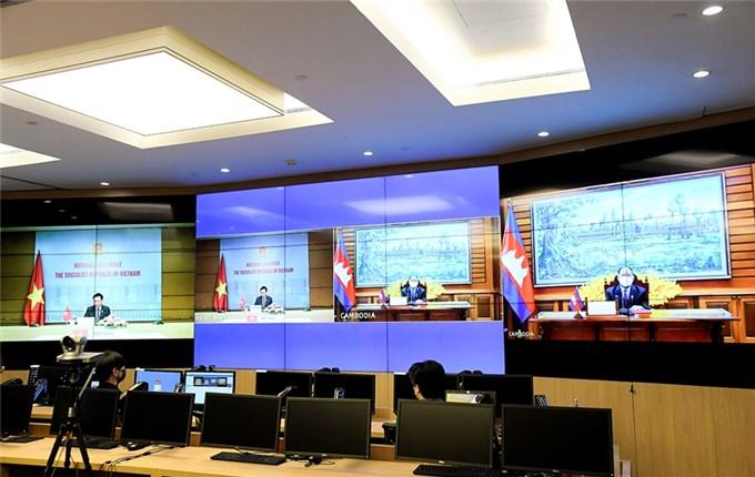 Chủ tịch Quốc hội Vương quốc Campuchia chúc mừng Chủ tịch Quốc hội Vương Đình Huệ