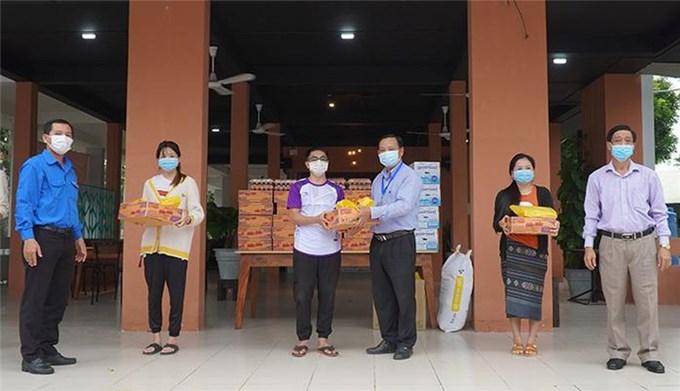 Đồng Tháp tặng quà cho lưu học sinh Lào và Campuchia