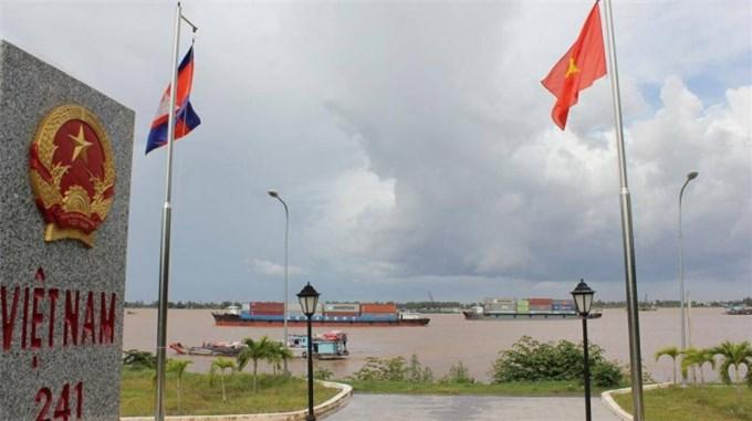 Phí, lệ phí phương tiện chạy tuyến Việt Nam - Campuchia sắp giảm hơn 10 lần