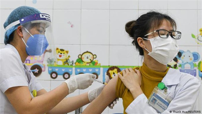 Covid-19: Tại sao châu Âu viện trợ rất nhiều vắc-xin cho Việt Nam?