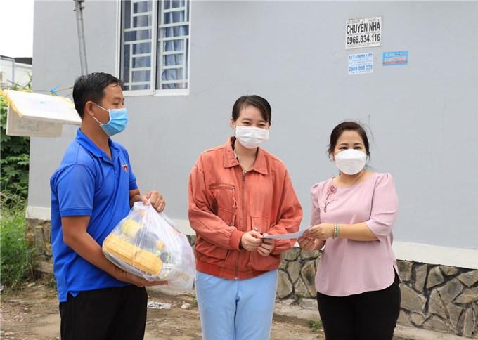 Tặng quà hỗ trợ sinh viên Campuchia đang học tập tại TP Cần Thơ