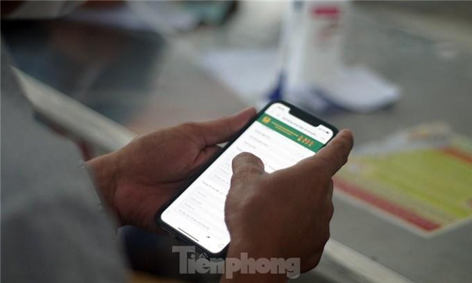 Bộ Công an bắt đầu quét mã QR Code cho xe cá nhân tại 23 chốt kiểm soát dịch ở Hà Nội