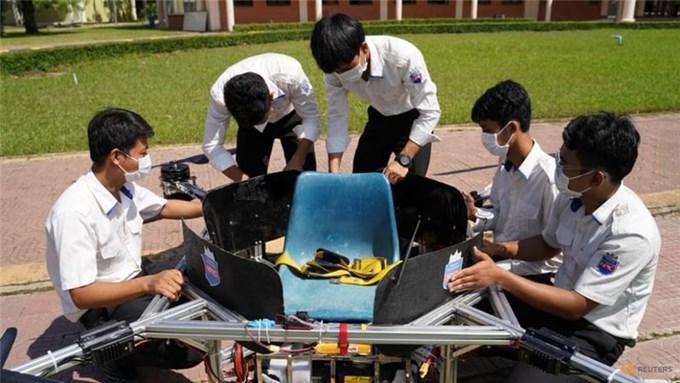 Sinh viên Campuchia thiết kế máy bay không người lái kiêm taxi, xe cứu hỏa