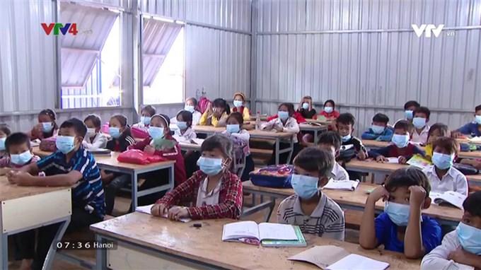 Lớp xóa mù chữ Khmer tại nông trường trái cây Campuchia