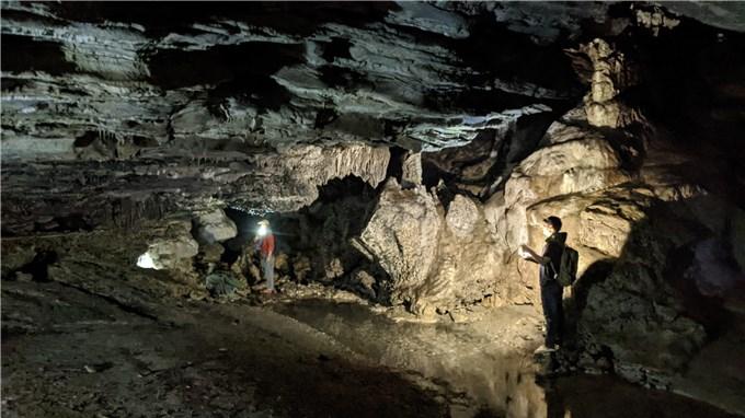 Cắm trại đêm trong hang Thủng ở Hà Giang