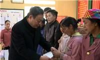 Phó Chủ tịch Quốc hội Phùng Quốc Hiển thăm, tặng quà tại Yên Bái