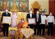 Trao tặng 500 triệu đồng cho chư tăng Phật giáo Campuchia và kiều bào tại Campuchia