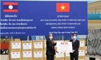 Trao tặng 500.000 USD và vật tư, thiết bị y tế hỗ trợ Lào