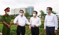 CT UBND TP Hà Nội Chu Ngọc Anh kiểm tra điểm  phong tỏa Bệnh viện nhiệt đới Trung ương (cơ sở Đông Anh)