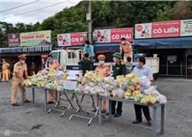 CSGT phát xăng, bánh mỳ miễn phí cho người về quê