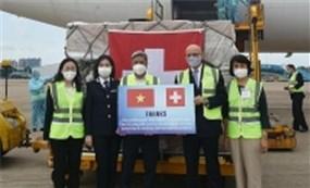 Việt Nam tiếp nhận 126 tỷ đồng trang thiết bị vật tư viện trợ phòng chống dịch từ Thụy Sỹ