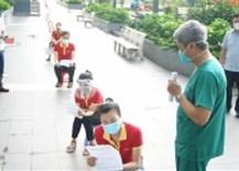 Thứ trưởng Bộ Y tế Nguyễn Trường Sơn trực tiếp hướng dẫn người dân tự làm xét nghiệm COVID-19