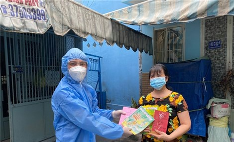HCM City gives free books to people in locked-down zones