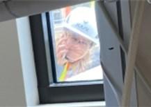 Hình ản con gái ngồi cần cẩu leo lên mái bệnh viện điều trị Covid để nhìn mặt mẹ lần cuối qua cửa kính