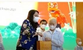 Phó Chủ tịch nước tặng quà cho bệnh nhi đang điều trị tại Viện Huyết học - Truyền máu Trung ương nhân dịp Tết Trung thu