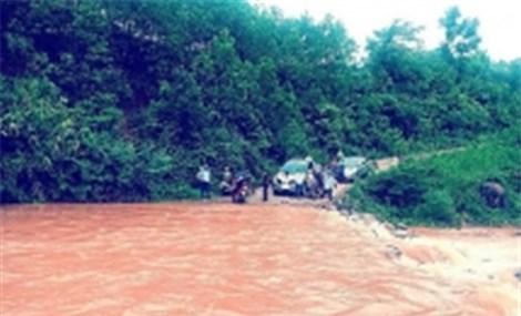 21 người mắc kẹt trong rừng do mưa lũ tại Quảng Bình