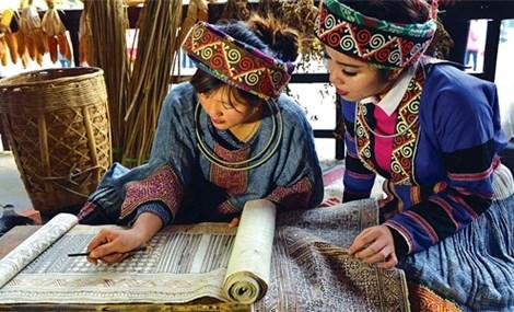 Nét độc đáo chiếc váy thổ cẩm của người H'Mông vùng núi Tây Bắc