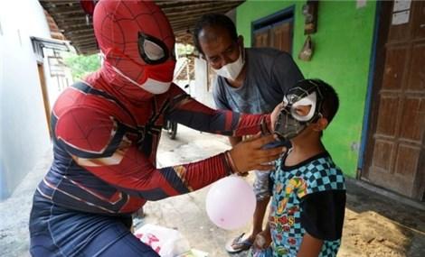 Indonesia: Người Nhện đem niềm vui tới cho trẻ em đang cách ly