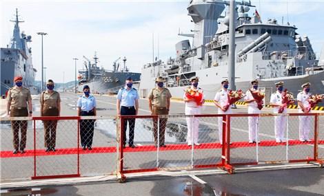 澳大利亚皇家海军舰艇停靠在金兰国际港口