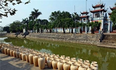 Visiting riverside Kim Lan pottery village