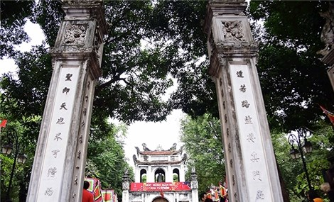 Spring Festival entertains tourists to Temple of Literature