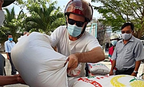 Foreign tourist donates Vietnam's 'Rice ATM' to support those affected by COVID-19