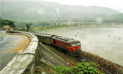 Hanoi-Ho Chi Minh City train offers scenic journey