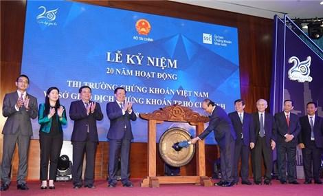 PM beats gong to mark 20th anniversary of Vietnam's stock market
