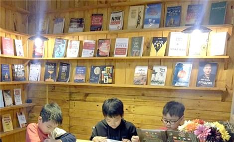 Viet Nam News  Society 'Happy library' brings books to Hưng Yên residents