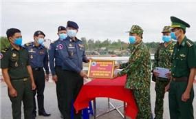 Việt Nam Hỗ trợ kinh phí phòng, chống dịch Covid-19 cho lực lượng bảo vệ biên giới tỉnh Pray Veng