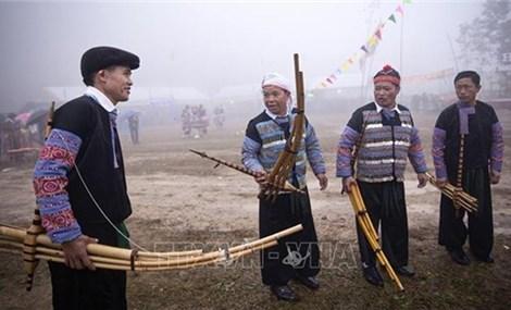 越南和平省梅州县求福节吸引数千人参加