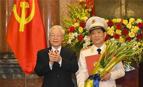 越共中央总书记、国家主席阮富仲向中将晋升上将警衔的公安部副部长颁发命令状