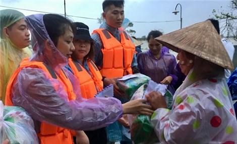 Hội Lưu học sinh Việt Nam tại Trung Quốc trao quà Tết cho người dân miền Trung