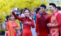 Văn nghệ sĩ diệnáo mới du xuân lễ hội Tết Việt Tân Sửu 2021